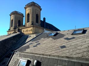 Plaques ondulées ou planes, grises, couleur ardoise, ou teintées employées en revêtement de couverture ou en bardage de façade.