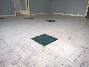 Revêtements de sols composés de dalles, généralement de 30 cm de côté, colorées ou unies